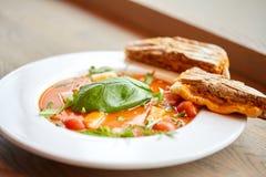 Закройте вверх супа гаспачо с хлебом на ресторане Стоковое Изображение