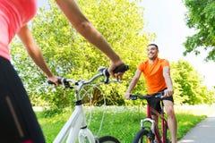 Закройте вверх счастливого велосипеда катания пар outdoors Стоковое фото RF