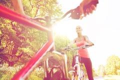 Закройте вверх счастливого велосипеда катания пар outdoors Стоковое Изображение RF