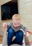 Закройте вверх счастливого младенца с шаловливым родителем стоковое фото