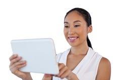 Закройте вверх счастливой молодой коммерсантки используя планшет Стоковые Изображения