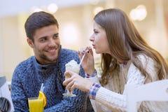 Закройте вверх счастливой пары наслаждаясь временем совместно Стоковые Изображения