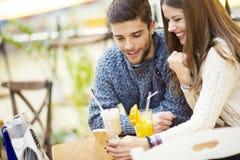 Закройте вверх счастливой пары наслаждаясь временем совместно Стоковая Фотография