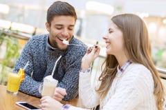 Закройте вверх счастливой пары наслаждаясь временем совместно Стоковое Фото