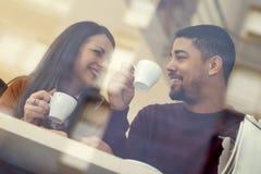 Закройте вверх счастливой пары наслаждаясь временем совместно Стоковое Изображение