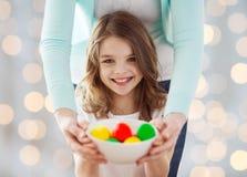 Закройте вверх счастливой семьи держа пасхальные яйца Стоковая Фотография