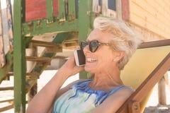 Закройте вверх счастливой старшей женщины говоря на умном телефоне Стоковая Фотография RF