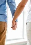 Закройте вверх счастливых мужских пар гомосексуалиста держа руки Стоковые Изображения