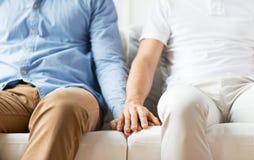 Закройте вверх счастливых мужских пар гомосексуалиста держа руки Стоковая Фотография RF