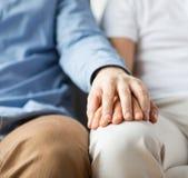 Закройте вверх счастливых мужских пар гомосексуалиста держа руки Стоковые Фотографии RF
