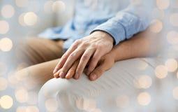 Закройте вверх счастливых мужских пар гомосексуалиста держа руки Стоковое фото RF