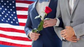 Закройте вверх счастливых мужских пар гомосексуалиста держа руки Стоковое Изображение RF