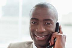Закройте вверх ся бизнесмена на телефоне Стоковые Изображения RF
