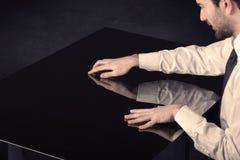 Закройте вверх таблицы руки касающей умной с космосом экземпляра Стоковые Фото
