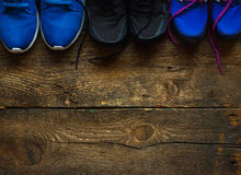 Закройте вверх тапок на деревянной предпосылке Стоковые Изображения