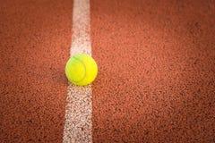 Закройте вверх теннисного мяча на суде глины шарик /Tennis Стоковое фото RF