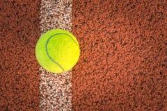 Закройте вверх теннисного мяча на суде глины шарик /Tennis Стоковое Изображение RF