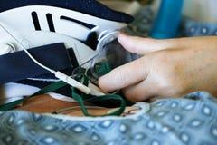Закройте вверх терпеливых руки и шейного бандажа ` s в больнице Стоковое фото RF