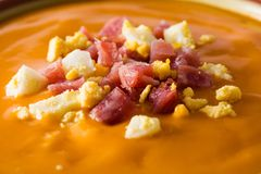 Закройте вверх типичной испанской сливк salmorejo с ветчиной и яйцом стоковая фотография