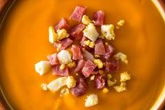 Закройте вверх типичной испанской сливк salmorejo с ветчиной и яйцом стоковое фото rf