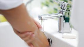 Закройте вверх точения с подручника человека с капания, серебряного туалета faucet сток-видео