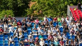 Закройте вверх толпы людей поддерживая их любимого игрока во время спички тенниса Стоковые Фото