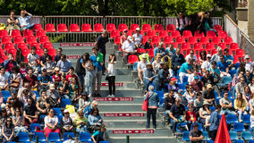 Закройте вверх толпы людей поддерживая их любимого игрока во время спички тенниса Стоковые Изображения RF