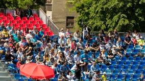 Закройте вверх толпы людей поддерживая их любимого игрока во время спички тенниса Стоковые Фотографии RF