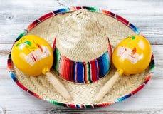Закройте вверх традиционных объектов Cinco De Mayo на выдержанной белизне Стоковое фото RF
