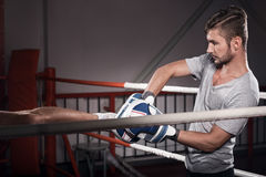 Закройте вверх тренера с пусковой площадкой бокса Стоковые Изображения RF