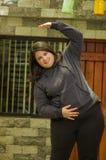Закройте вверх тучной женщины делая тренировку йоги на outdoors, в запачканной предпосылке Стоковая Фотография RF