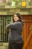 Закройте вверх тучной концентрируя женщины делая тренировку йоги на outdoors, носящ одежды спорта в запачканной предпосылке Стоковые Изображения RF