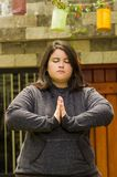 Закройте вверх тучной концентрируя женщины делая тренировку йоги на outdoors, при обе руки делая представление, в запачканное Стоковые Изображения RF