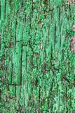 Закройте вверх тяжело выдержанной и треснутой покрашенной деревянной двери стоковые изображения