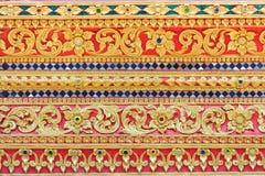 Закройте вверх украшенной стены перед тонной лотка Wat Si Стоковые Фото