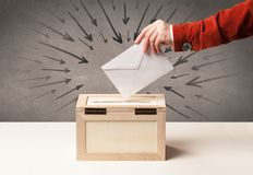 Закройте вверх урны для избирательных бюллетеней и решающего голоса Стоковые Фото