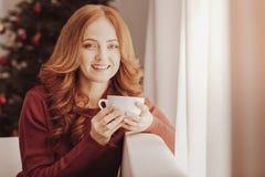 Закройте вверх услаженного чая женщины выпивая стоковая фотография rf