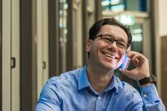 Закройте вверх усмехаясь бизнесмена используя современный умный телефон, Стоковое фото RF