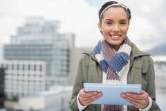 Закройте вверх усмехаясь женщины используя таблетку Стоковое Изображение RF