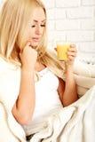 Закройте вверх усмехаясь женщины с апельсиновым соком Стоковые Изображения