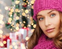 Закройте вверх усмехаясь молодой женщины в одеждах зимы Стоковое фото RF