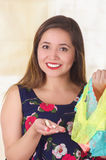 Закройте вверх усмехаясь молодой женщины, держащ сортированное красочное нижнее белье и таблетку мягкого желатина влагалищную или Стоковое Изображение