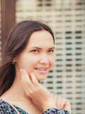 Закройте вверх усмехаясь молодой женщины смотря прочь Вертикальное portraite Стоковые Изображения