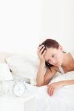 Закройте вверх утомленной red-haired женщины просыпая вверх стоковая фотография rf