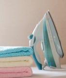 Закройте вверх утюга и полотенец стоковое фото rf