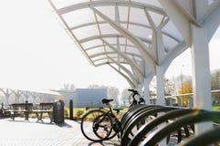 Закройте вверх улицы велосипеда паркуя outdoors Стоковые Изображения