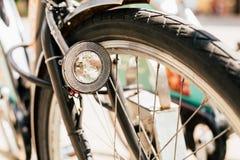 Закройте вверх фары велосипеда и колеса велосипеда на улице Велосипед Стоковые Фото
