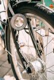 Закройте вверх фары велосипеда и колеса велосипеда на улице Велосипед Стоковое Фото