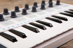 Закройте вверх федингмашины, ручки и ключей тома регулятора MIDI стоковое изображение rf