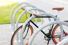 Закройте вверх фиксированного велосипеда шестерни на автостоянке улицы Стоковая Фотография RF